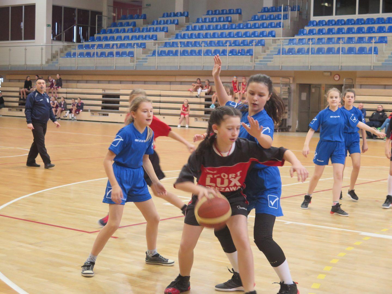 Dziewczęta z PSP Nr 4 i PSP Nr 2 w Bochni z awansem do Zawodów Powiatowych w Mini Koszykówce.