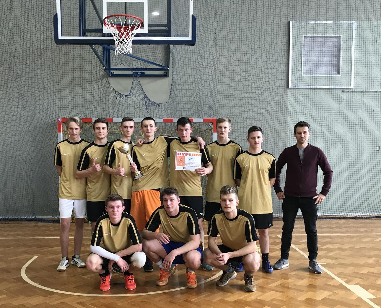 Chłopcy ZS Nr 3 w Bochni Mistrzami Powiatu w koszykówce.