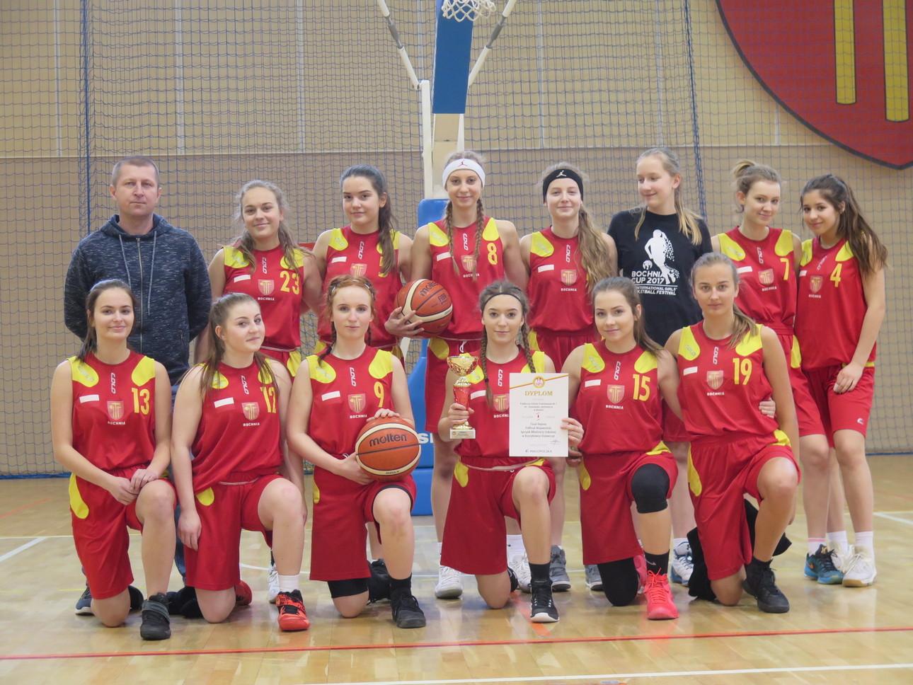 Dziewczęta PSP Nr 1 w Bochni z awansem do Finału Wojewódzkiego w koszykówce.