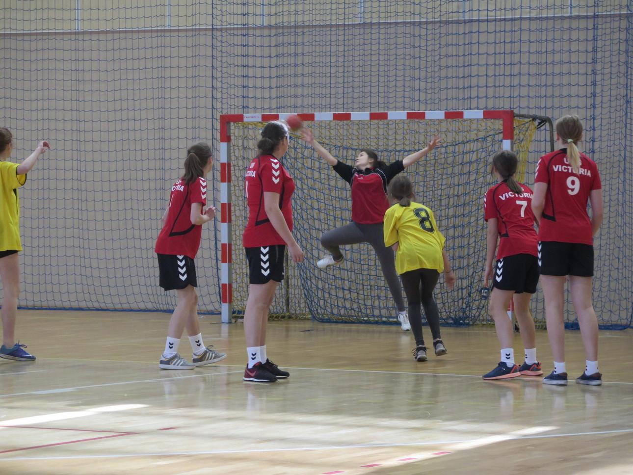 Dziewczęta z Żegociny wygrywają Zawody Powiatowe w piłce ręcznej.