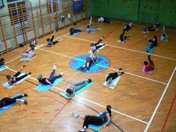 Ćwiczący aerobik na sali MOSiR przy ul. Parkowej