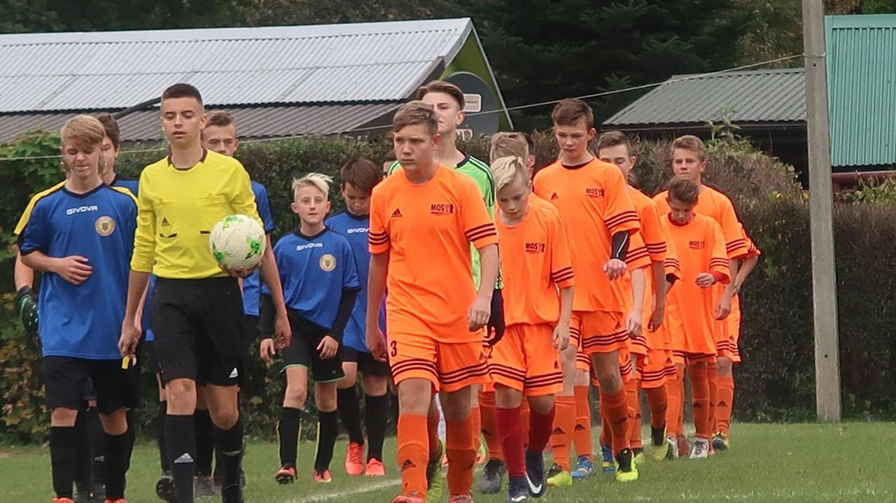 Radość w zespole trampkarzy po meczu  MOSiR II Bochnia – UKS AP Champions Brzesko-Mokrzyska 5:0