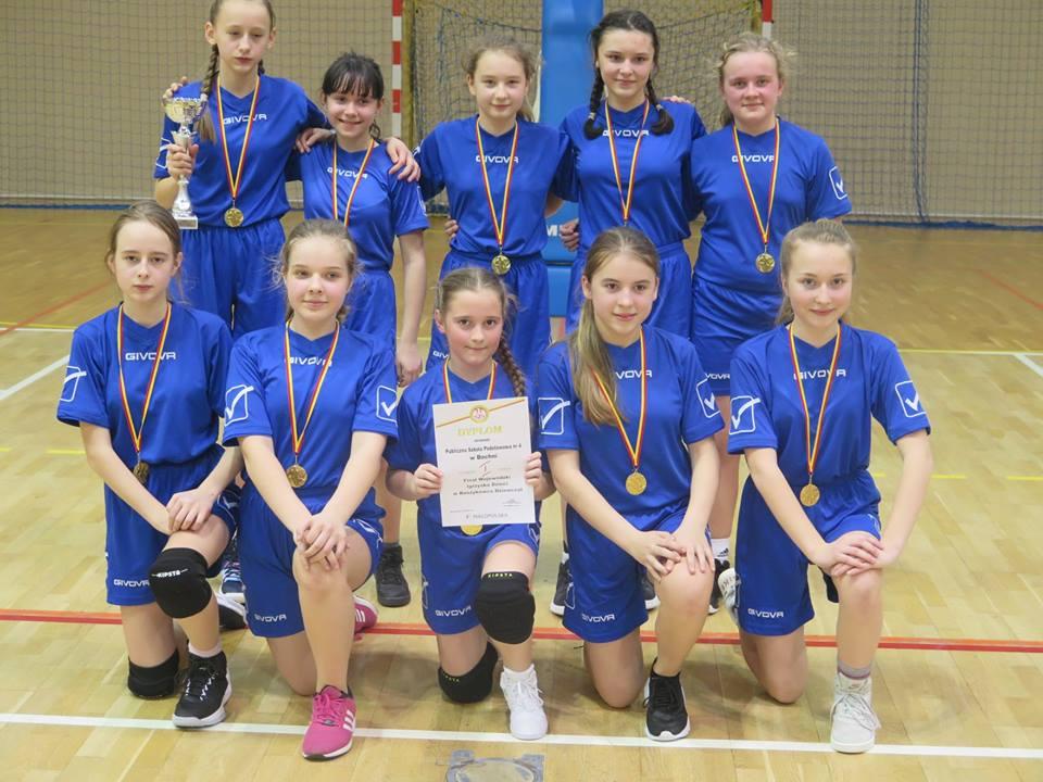 Dziewczęta PSP Nr 4 w Bochni Mistrzyniami Województwa w Mini Koszykówce.