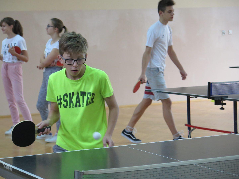 Dziewczęta i chłopcy z awansami do Zawodów Powiatowych w tenisie stołowym.