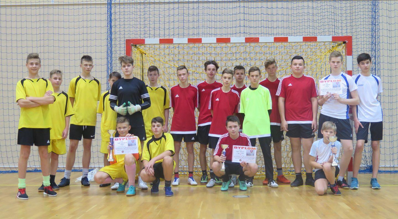 Chłopcy podczas Zawodów Powiatowych zmierzyli się w halowej piłce nożnej – IMS.