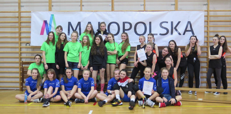 Dziewczęta SP Nr 4 w Bochni z awansem do Finału Wojewódzkiego w Koszykówce.