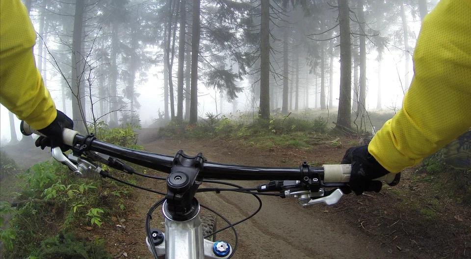 Rekreacyjna jazda na rowerze – kiedy z maską, kiedy bez