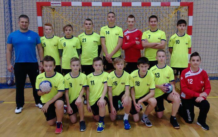 Zespól młodzików MOSiR Bochnia z trenerem Łukaszem Gicalą, piłka ręczna