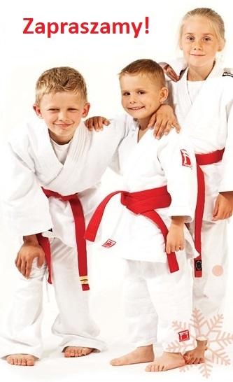 Trójka dzieci w judokach.
