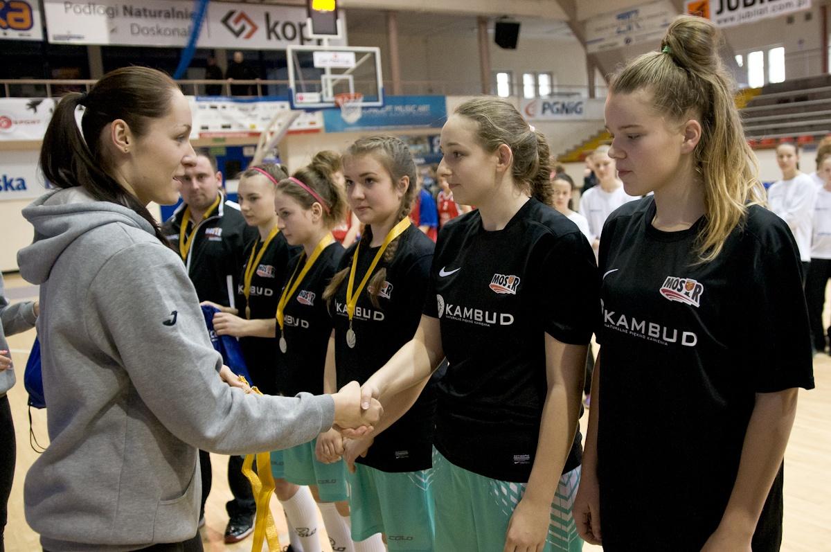 Dakoracja zawodniczek MOSiR Bochnia podczas Turnieju CanPack CUP 2016, kiedy zdobyły złoto w kategorii U16