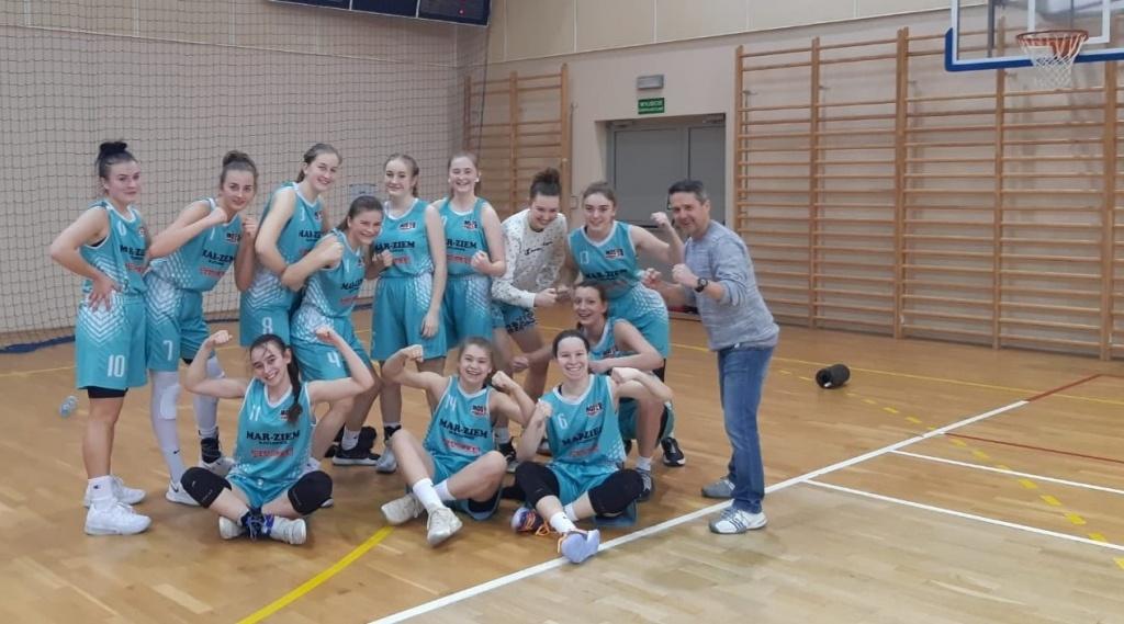 Zespół juniorek U 17 koszykówki MOSiR Bochnia z trenerem Pawłem Michalikiem, 02.2021